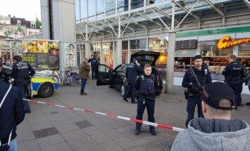 Automašīna Vācijā iebrauc gājēju ielā; ievainoti trīs