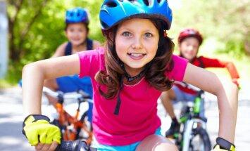 Atgādinājums vecākiem. Bērniem līdz 12 gadiem, braucot ar velosipēdu, obligāta ir aizsargķivere.