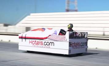 Video: Uzstādīts jauns Ginesa rekords braukšanas ātrumā ar gultu