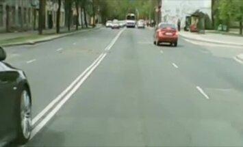 Video: BMW agresīvi apdzen uz Deglava tilta