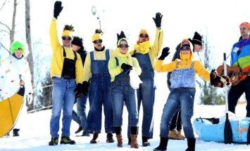 Foto: Multfilmu varoņi, citplanētieši un pat Salavecis šļūc pa kalnu Gaiziņa karnevālā