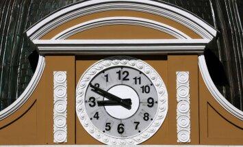 Naktī uz svētdienu pulksteņa rādītāji jāpagriež par stundu atpakaļ