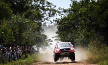 Al-Atija uzvar Dakaras rallijreida pirmajā posmā; sacīkste jau paņem pirmo upuri