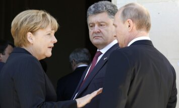 Merkele telefonsarunā ar Putinu paudusi bažas par nerimstošo saspīlējumu Ukrainā