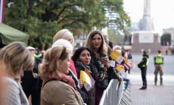ФОТО: Тысячи людей приветствовали Папу Римского около памятника Свободы
