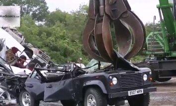 Video: ASV muita iznīcina nelegāli ievestu 'Land Rover' apvidnieku