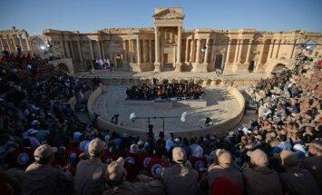 Video: Panamas skandālā ierautais Roldugins ar orķestri muzicē izpostītajā Palmīrā