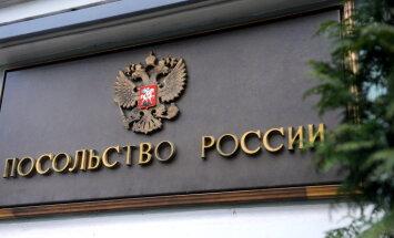 Aptuveni 30 cilvēki pie Krievijas vēstniecības protestē pret karu Ukrainā