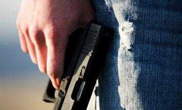 Maskavā astotās klases skolnieks pastaigājas ar kaujas pistoli