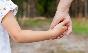 Audžuģimeņu kustība kļūst aktīvāka; aprūpes iestādēs arvien mazāk bērnu