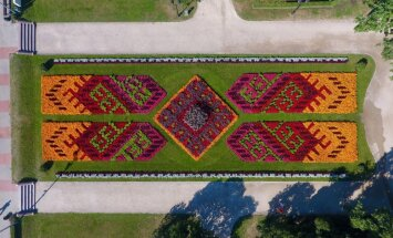 ФОТО: Рижские цветочные клумбы с высоты птичьего полета