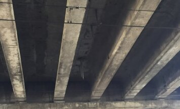 Foto: Lasītāju uztrauc 'lāstekas' zem Zemitāna tilta