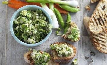 Garnējums sviestmaizēm no cūku pupām, fetas siera un zaļumiem
