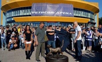 Oskar Bartulis open monument to HC Admiral mascot Matroska cat
