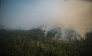 Laikapstākļi ugunsgrēka Valdgales pagastā dzēšanai nav labvēlīgi; liesmas izplatās iekšpusē