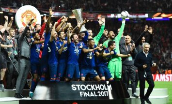 Manchester United celebrate win UEFA Europa League final
