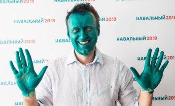 Foto: Ļaudis Navaļnija atbalstam mālē zaļas sejas
