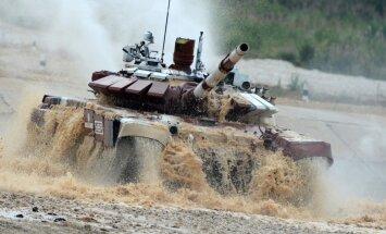 Tonnām tērauda un dubļi: 12 valstu tankisti mērojas spēkiem Krievijā