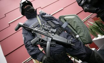 Rīgā likumsargi, pēc ASV lūguma, ar trosēm nolaižas no devītā stāva un ieņem dzīvokli