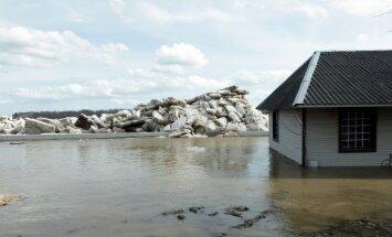"""Угроза наводнения в Плявиняс: объявлена """"желтая"""" тревога"""