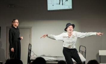 Peldošajā mākslas centrā 'Noass' uzvedīs izrādi par Kārli Padegu