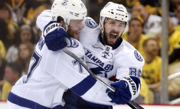 Tampa Bay Lightning defenseman Victor Hedman (77) congratulates right wing Nikita Kucherov (86)