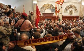 Nacionālistu izraisītās nekārtībās Maķedonijas parlamentā cieš 100 cilvēki