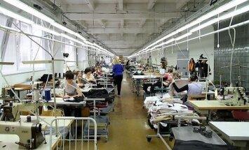 ФОТО: брендовую одежду для компании супруги экс-премьера Великобритании шьют и в Литве