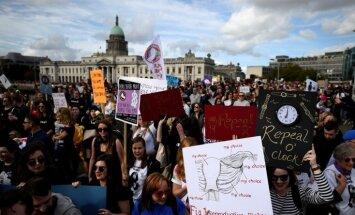 Foto: Desmitiem tūkstošu īru iziet demonstrācijās, pieprasot aborta aizlieguma atcelšanu