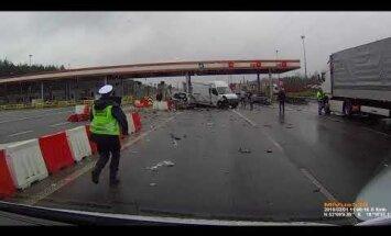 Video: Piedzēries kravas šoferis no Latvijas Polijā sadragā piecus auto