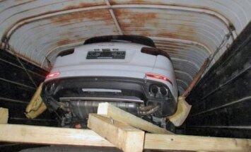 Uz Latvijas robežas vilciena vagonā uziet četrus 'Porsche Cayenne'