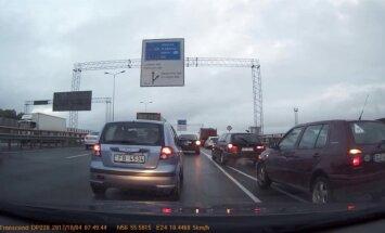 Divu auto stīvēšanās uz Dienvidu tilta: kuram priekšroka?