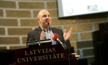 Eiropas Padomes cilvēktiesību komisāru Muižnieku dēvē par 'pārliecinošu akadēmiķi'