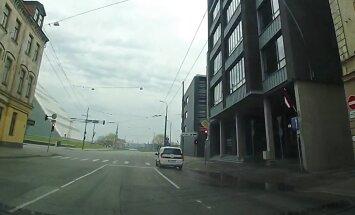 Video: Autovadītājs pie Gaismas pils droši aizbrauc pie sarkanās gaismas