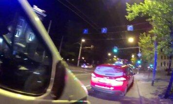 Rīgā taksists klientu no Portugāles pārvadā bagāžniekā