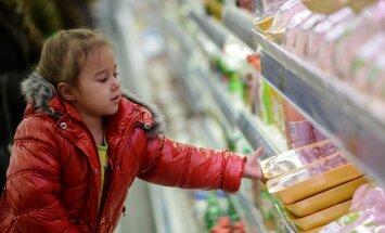 Divas trešdaļas Krievijas iedzīvotāju sākušas taupīt uz ēdiena rēķina, liecina aptauja