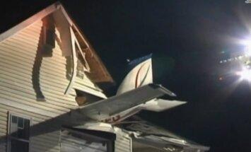 ASV neliela lidmašīna ietriecas dzīvojamā mājā