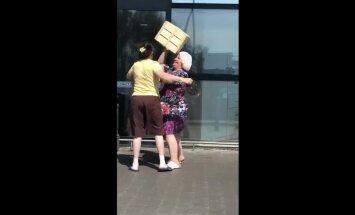Video: Divas kundzes sakaujas pie veikala Pļavniekos