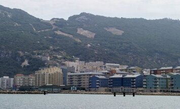 Britu un spāņu drošībnieku konflikts Gibraltārā nonāk gandrīz līdz šaušanai