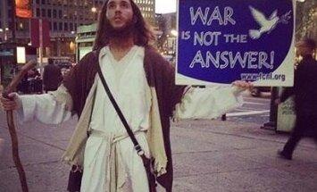 ASV par huligānismu aiztur vīrieti, kurš ir līdzīgs Jēzum Kristum