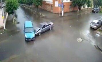 Video: Serpuhovā atceļ ceļa zīmes 'miera labad'; rezultātā kaudze avāriju