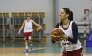 Uz pirmo Latvijas sieviešu basketbola izlases treniņu ierodas galvenokārt Latvijas klubus pārstāvošas spēlētājas