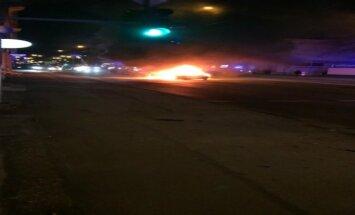 ВИДЕО: На улице Бривибас посреди дороги загорелась машина