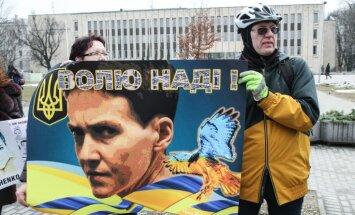 Foto: Rīgā iepretim Krievijas vēstniecībai pieprasa Savčenko atbrīvošanu