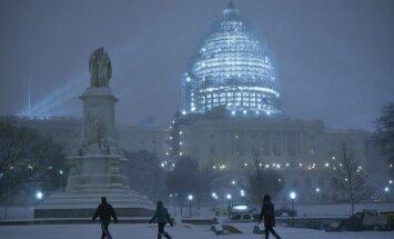 ASV austrumkrastu skārusi spēcīga sniega vētra, miruši vismaz 9 cilvēki