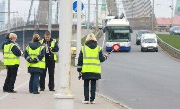'Rīgas satiksme' vēršas policijā par bezbiļetnieku aplikāciju (plkst.14:02)