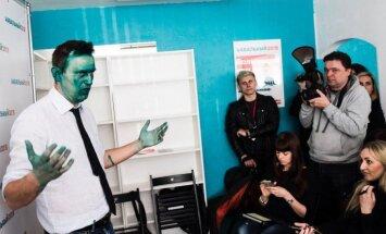Foto: Navaļnijs ar zaļi noķēzītu seju tiekas ar atbalstītājiem