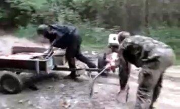 Video: Kā dzēruši krievi ar traktoru cīnījās