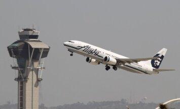 ASV avioreisā vīrietis mēģina atvērt lidmašīnas avārija izeju