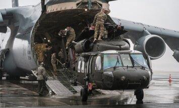Foto: Latvijā ierodas leģendārie 'Black Hawk' helikopteri